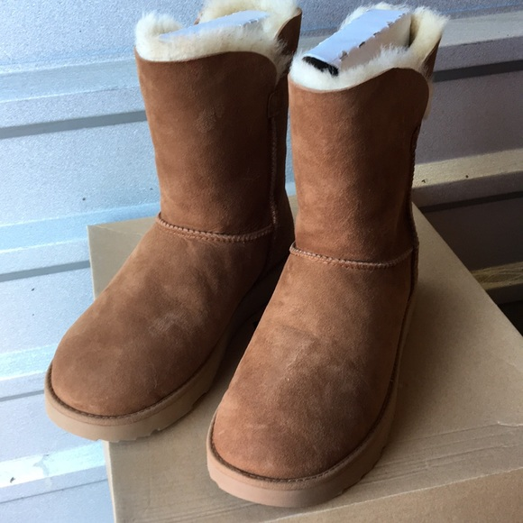 75176ebcfd4 New Ugg Classic Cuff short boots Sz 9 ❤️☃️❤️ NWT